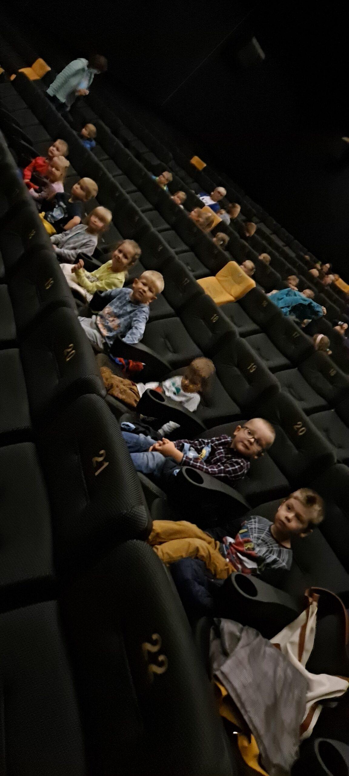 Stokrotki i Żabki w kinie